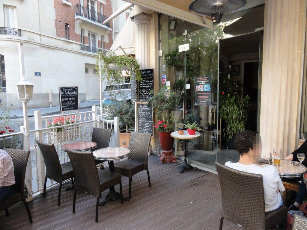Restaurant terrasse Montmartre Les Ambassades, un endroit tranquille pour boire un verre et se restaurer sur la Butte Montmartre.