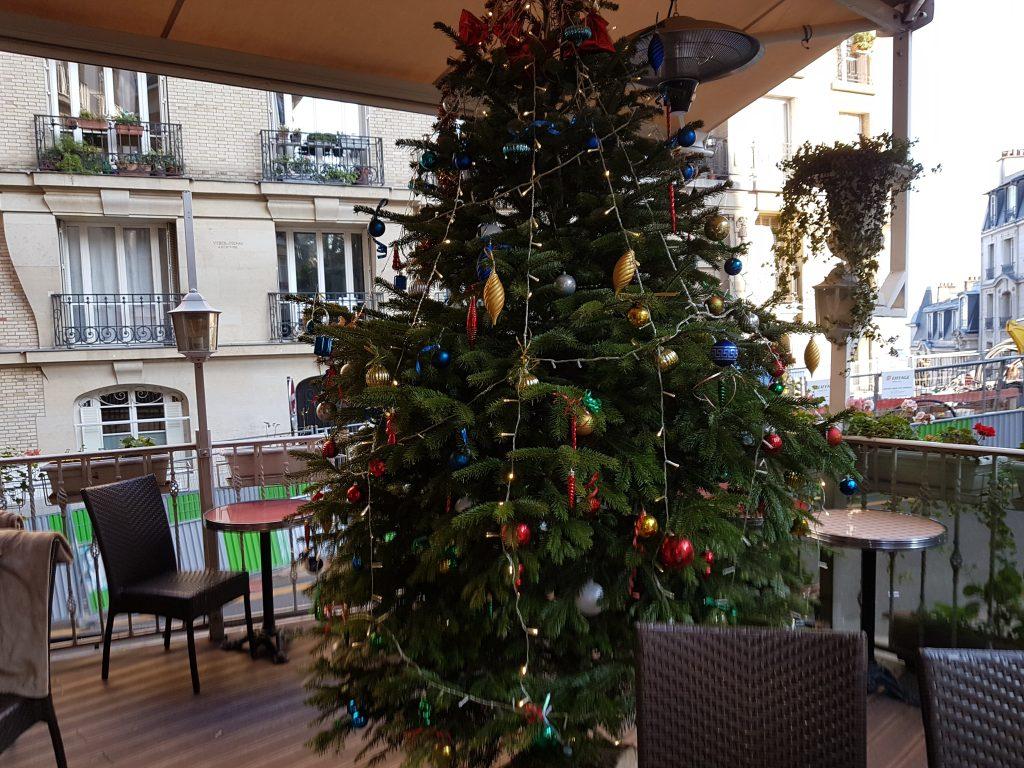 Sapin Noël en terrasse - restaurant Butte Montmartre Les Ambassades