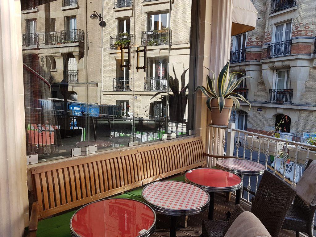 Banquette bar restaurant Montmartre terrasse Les Ambassades Paris 18
