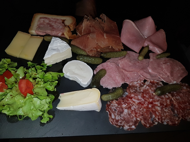 Planche de charcuteries et fromages - restaurant Montmartre Les Ambassades Paris 18e