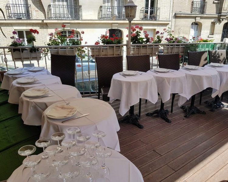 Restaurant terrasse Montmartre nappes blanches