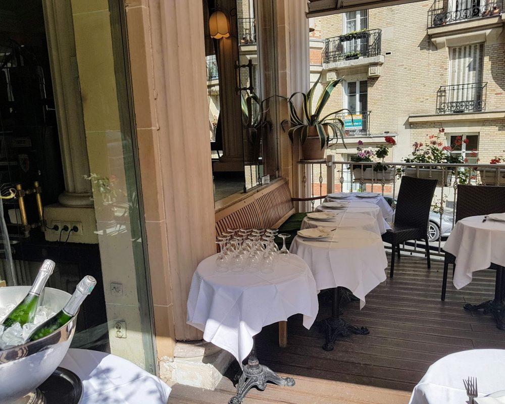 Restaurant terrasse Paris Montmartre nappes blanches