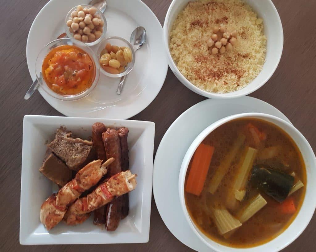 Couscous à emporter Paris 18 restaurant Les Ambassades Montmartre, viandes, merguez, poulet, semoule pois chiche, légumes et bouillon, raisins secs, sauce