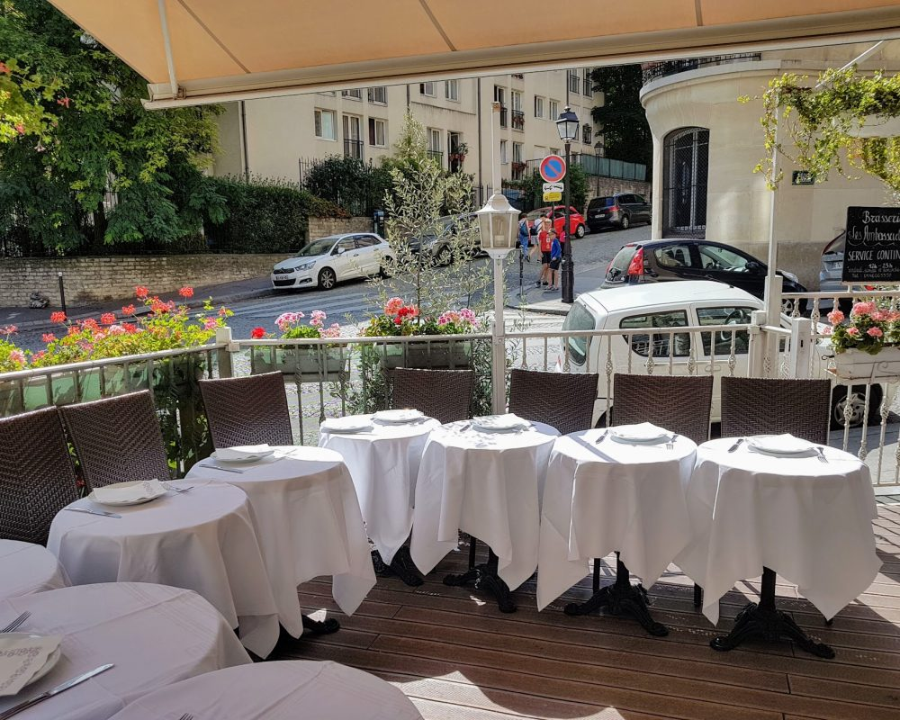 Restaurant terrasse Butte Montmartre nappes blanches